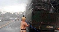 Xe đầu kéo bốc cháy trên đường và hành động kịp thời của trung úy CSGT