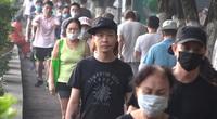 """""""Phớt lờ"""" lệnh cấm, người dân Hà Nội vẫn ùn ùn tập thể dục nơi công cộng"""