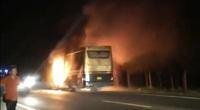 Xe khách giường nằm bất ngờ bốc cháy trên đường