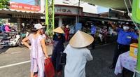 ẢNH: Người dân ngậm ngùi ra về trong ngày đầu áp dụng thẻ ra vào chợ tại Đà Nẵng