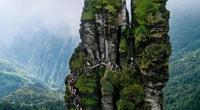 Trung Quốc: Rùng mình chứng kiến khách du lịch leo ngọn núi siêu cao, dựng đứng
