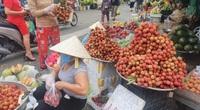 TP.HCM: Vải thiều đỏ chợ, vỉa hè trước Tết Đoan ngọ, giá rẻ nên được mua tới tấp