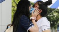 Hà Nội: Trao nhau nụ hôn dưới cơn mưa sau khi kết thúc ngày thi đầu tiên vào lớp 10