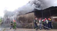 Video: Cơ sở phế liệu bốc cháy dữ dội giữa trời mưa