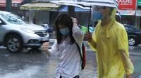Thi vào lớp 10 ở Hà Nội sáng 13/6: Mưa như trút, nhiều thí sinh ướt nhẹp, đến sát giờ thi