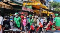 TP.HCM: Xếp hàng cả chục mét chờ mua heo quay cúng Tết Đoan Ngọ, nhiều nơi cháy hàng từ sáng sớm