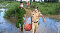 Hà Tĩnh: Cán bộ, chiến sĩ công an, quân đội, và Hội Nông dân lội nước bì bõm mò khoai lang giúp dân