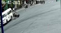 Kinh hãi hai thanh niên phóng xe máy vù vù, tông thẳng xe cứu thương
