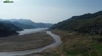 Mực nước cạn tới đáy, người nuôi cá lồng Sông Đà đối mặt với nguy cơ mất trắng