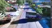 Clip: Xe máy lao nhanh, đâm vào đuôi xe tải đang lùi khiến 2 người thương vong