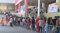 Hàng dài người tích cực xếp hàng chờ đến lượt tiêm vaccine ngừa Covid-19 ở Lào