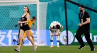 Mỹ nữ vòng 1 khủng, mặc sexy quậy phá trận Bỉ vs Phần Lan
