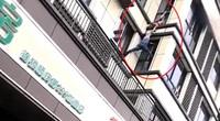 Clip: Thót tim cảnh người đàn ông dũng cảm trèo lên tầng 3 để cứu em bé 2 tuổi khỏi đám cháy