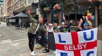 """CLIP: Cổ động viên Anh """"tiếp lửa"""" đội nhà tại London"""