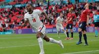 Sterling tái lập thành tích ghi bàn của Rooney sau 17 năm