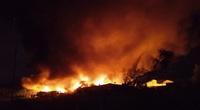 CLIP: Cháy lớn trong đêm ở huyện Bình Chánh