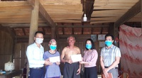 Báo NTNN/Điện tử Dân Việt trao tiền bạn đọc ủng hộ gia đình ông Lê Văn Thuận