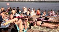 Nắng nóng nhất trong vòng 120 năm qua, người dân Nga đổ xô đi tắm sông và giải nhiệt ở đài phun nước
