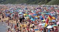 Anh: Bất chấp Covid tăng trở lại, hàng ngàn khách du lịch vẫn diện bikini sexy ngập tràn bãi biển