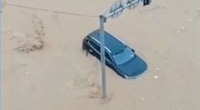 Video: Nước lũ chảy xiết, cuốn trôi xe cộ ở Trung Quốc