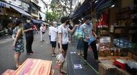 Chợ đặc biệt ở phố cổ Hà Nội: Mua bán qua dây chắn, kẻ vạch đứng cách nhau 2m