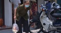 Hà Nội: Cảm động một gia đình phát gạo, mì tôm miễn phí cho người dân gặp khó khăn vì dịch Covid-19