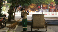 Đêm không ngủ của những lao công làm sạch đường phố Hà Nội giữa đợt dịch Covid-19
