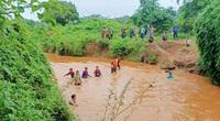 Gia Lai: Gần 100 người lùng sục trên đoạn suối dài 20km tìm kiếm cháu bé 4 tuổi bị nước cuốn trôi