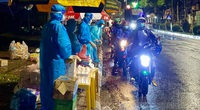 Đắk Nông: Nhóm thiện nguyện dầm mưa trắng đêm tặng suất ăn cho người dân về từ tâm dịch