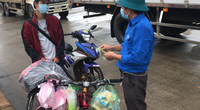 Thanh niên đạp xe về quê chỉ nhận 1 nửa số tiền hỗ trợ dù bụng đói lả