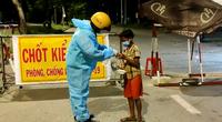 TP.HCM: Chiến sĩ CSGT nhường lại suất cơm tối cho cậu bé lang thang, bụng đói meo