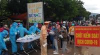 Gia Lai: CSGT tặng nước, đồ ăn, giúp người dân đi từ vùng dịch qua địa bàn