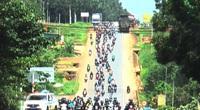 Hàng ngàn người đi xe máy về Tây Nguyên, dân đội mưa hỗ trợ