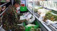 Những hình ảnh về lực lượng bộ đội đi siêu thị mua nhu yếu phẩm giúp người dân