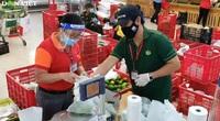 Số lượng đơn hàng đi chợ hộ chồng chất, nhân viên siêu thị hối hả luôn tay vẫn không kịp
