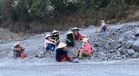 TT-Huế: Người dân vào mỏ đá ngăn cản thi công do việc nổ mìn gây bụi