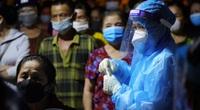 Quảng Trị: Hàng trăm tiểu thương chen chúc đợi xét nghiệm Covid-19