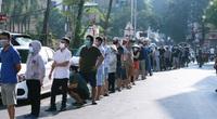 Trưng dụng trường học thành điểm bán bánh trung thu, người dân xếp hàng từ 2 giờ sáng chờ mua