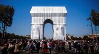 Hình ảnh lạ về Khải Hoàn Môn được bao phủ bởi 25.000 m2 vải nhựa trắng