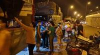 """Họp chợ """"chui"""" tại Đông Anh (Hà Nội): Trăm xe tải đổ hàng bỏ qua biện pháp phòng chống dịch, ai chịu trách nhiệm?"""