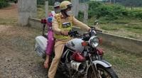 Sản phụ mới sinh đi bộ trên đường được CSGT dùng mô tô đặc chủng chở về nhà
