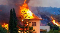 Ảnh: 100 ngôi nhà bị thiêu rụi vì dung nham núi lửa phun trào cao đến 6 mét