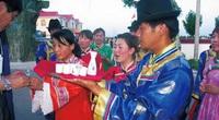 Lạ lùng bộ tộc Daur bói gan gà để chọn ngày cưới