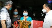 Thứ trưởng Nguyễn Trường Sơn tặng đèn ông sao cho các em nhỏ TP. HCM nhân dịp Tết Trung thu