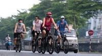 """Hà Nội: Đường phố thành """"trường đua xe đạp"""" sau lệnh nới lỏng giãn cách"""