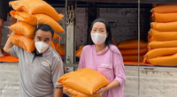 """MC Quyền Linh """"tiếp lửa"""" hỗ trợ 10 tấn gạo cho nhân viên sân khấu, nghệ sĩ nghèo ở TP.HCM"""