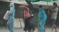 Ảnh ấn tượng tuần: Thai phụ đội mưa về quê vượt cạn và đêm Trung thu chen lấn trên đường phố Hà Nội