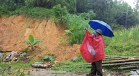 """Đồi Vó Nước """"nứt toác"""" vì mưa lớn, Ninh Bình di dời khẩn cấp nhiều hộ dân"""