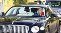 Cristiano Ronaldo lái Bentley Flying Spur đến sân tập, vệ sỹ đi Range Rover nhưng có chi tiết gây khó hiểu