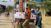 Xuyên trưa tiếp tế cho người dân trong vùng ngập lụt tại Quỳnh Lưu